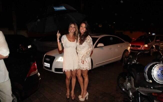 Dani Bananinha e Lizzi Benites chegam para festa no Cafe de la Musique