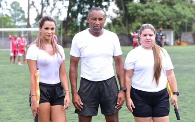 A bela bandeirinha Denise Bueno (esq) atua em jogos de várzea do futebol paulista