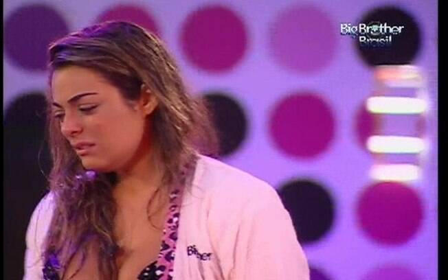 Mona fica arrasada após a briga com Jonas