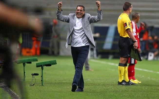 Vanderlei Luxemburgo comemora um dos gols do  Grêmio na vitória diante do Caracas