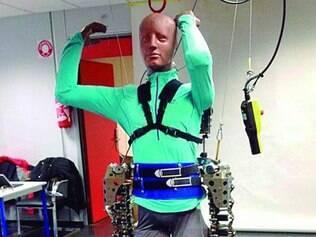 Exoesqueleto tem 1,8 m, pesa 70 kg e se movimenta a partir de atividade cerebral