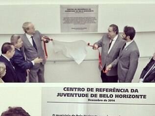 Governador, prefeito e outras autoridades descerram placa de entrega do espaço. Assinada pelo prefeito, a placa não foi feita pela Prefeitura de BH, de acordo com a assessoria