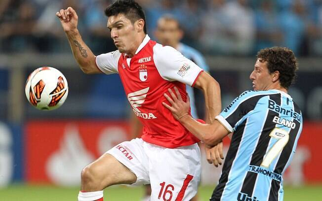 Daniel Torres se antecipa a Elano e domina a  bola para o Santa Fé