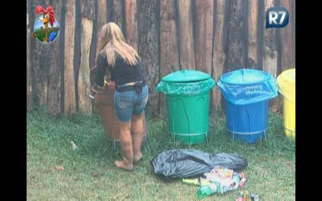 Raquel separa o lixo