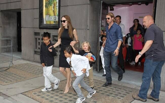 Brad Pitt e Angelina Jolie com os filhos: passeio nos intervalos das filmagens de