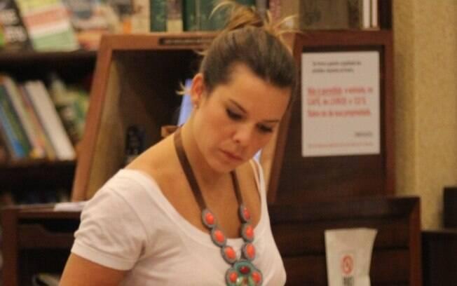 Fernanda Souza observa alguns livros