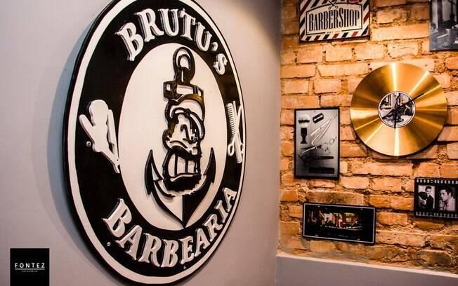 Barbearia Brutu's tem decoração e cortes Old School, portanto, todos os profissionais devem se adequar ao estilo