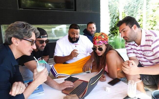Anitta conversando com produtores, incluindo o DJ Khaled
