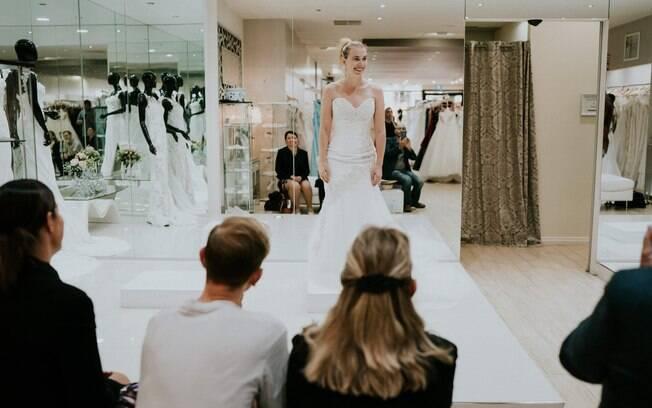 Stephanie Agnew perdeu a visão aos 27 anos de idade e foi fotografada na busca pelo vestido de noiva dos sonhos