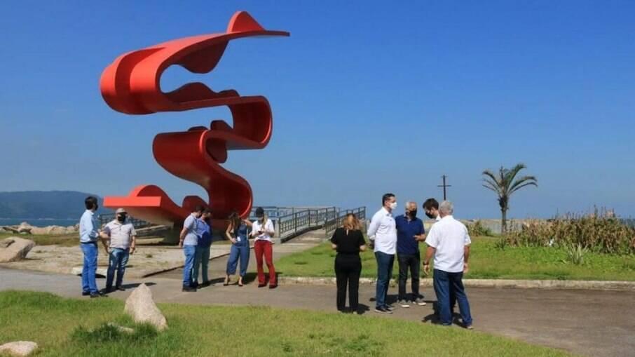 Autoridades e profissionais no Quebra-mar em Santos