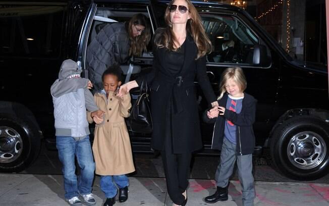 Angelina Jolie foi ao cinema com os filhos