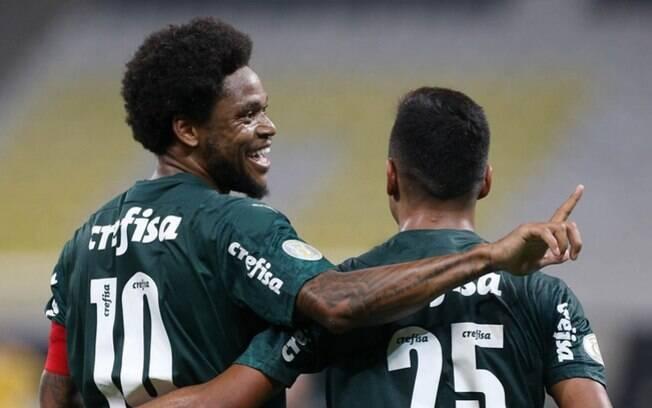 Luiz Adriano comemora gol contra o Corinthians