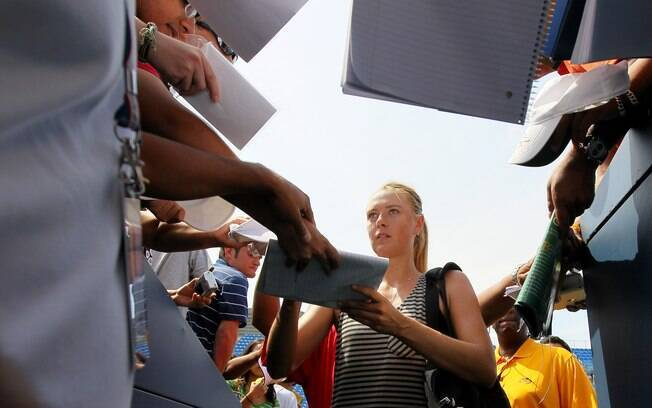 Cercada por fãs, Sharapova dá autógrafos na  saída da quadra