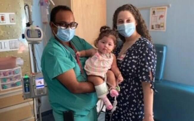 Os médicos Raghav Murthy e Lauren Glass lideraram a equipe responsável por cuidar do bebê no hospital infantil Kravis, parte da rede Mount Sinai