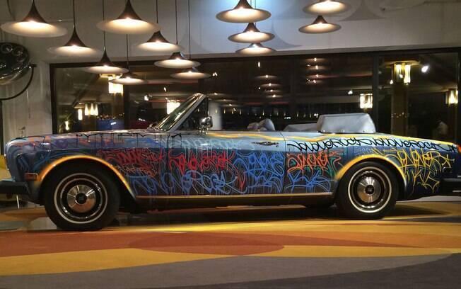 Rolls-Royce Corniche 1984 fica exposto na recepção do Hotel Molitor, em Paris, na França