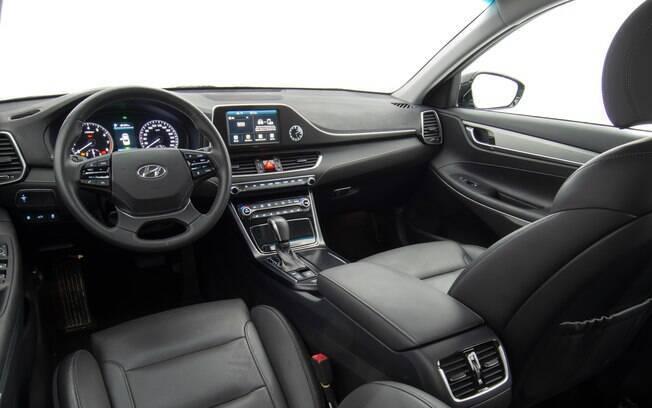 Apesar dos diversos sistemas de conectividade e auxílio ao condutor, traz marcadores e relógio analógicos