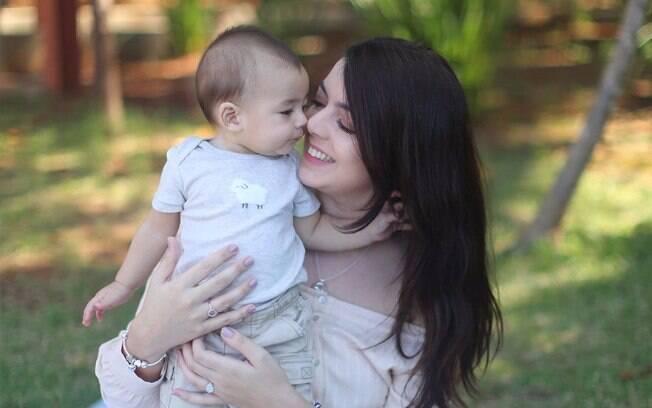 Lia Camargo recebeu ajuda de seguidoras de seu canal no YouTube para acertar a hora da soneca de seu filho