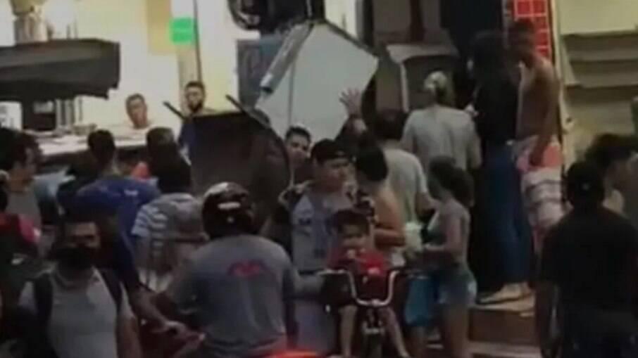 Moradores se mudam as pressas depois que ouvem prédio 'estalar' em Rio das Pedras