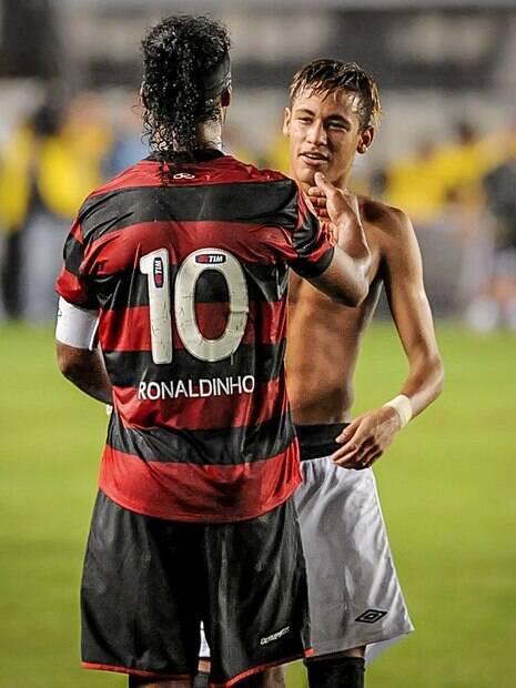 Ronaldinho Gaúcho e Neymar se cumprimentam