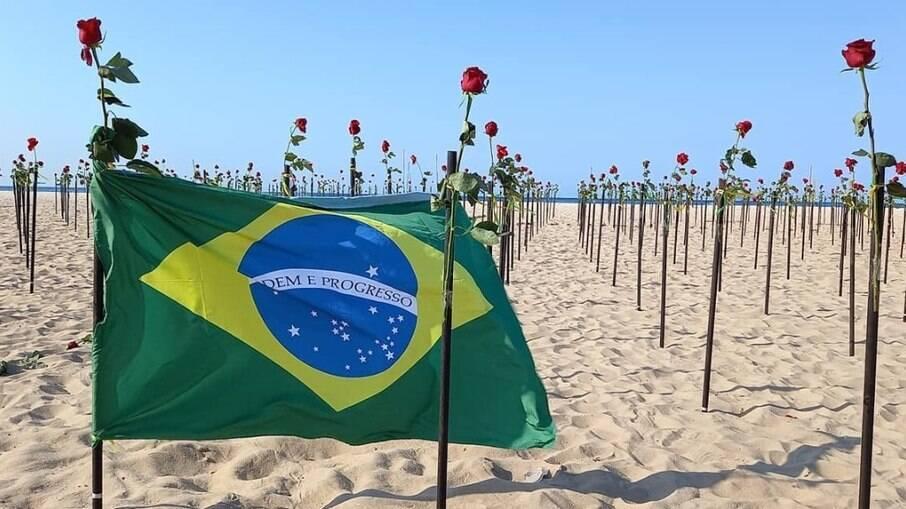 Protesto organizado na Praia de Copacabana em junho pela ONG Rio de Paz, quando o país atingia os 500 mil mortos