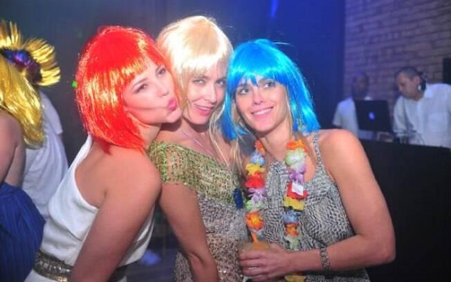Paola Oliveira, Angélica e Carolina Dieckmann de peruca colorida em festa de réveillon