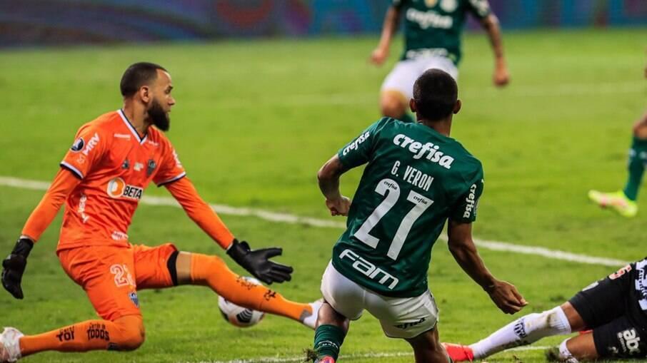 Gabriel Veron entrou na segunda etapa e deu a assistência para Dudu marcar o gol de empate do Verdão