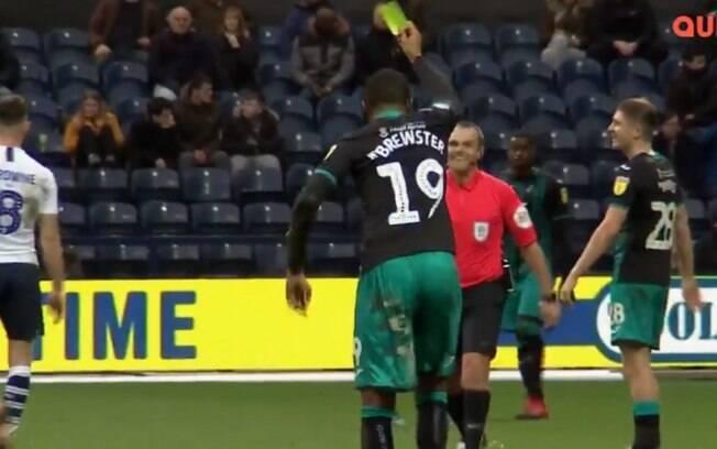 Rhian Brewster, jogador do Swansea, dá cartão para árbitro