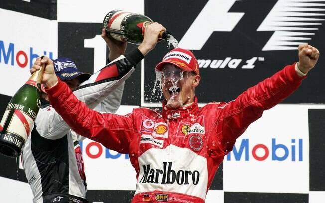 Em casa, em 2004, Schumacher comemora uma de suas 91 vitórias. Foto: Getty Images