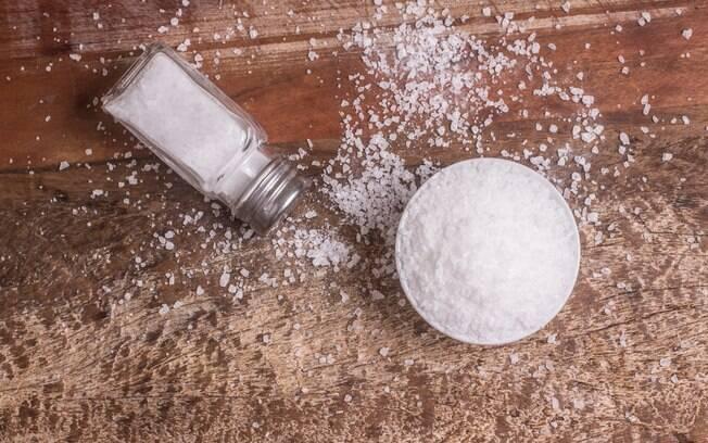O banho de sal grosso pode trazer muitos benefícios para o corpo
