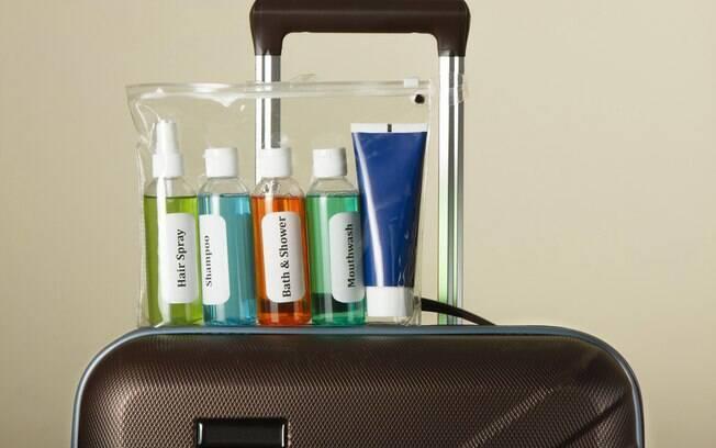 Levar frascos alternativos é uma forma de evitar vazamento de cosméticos em sua mala