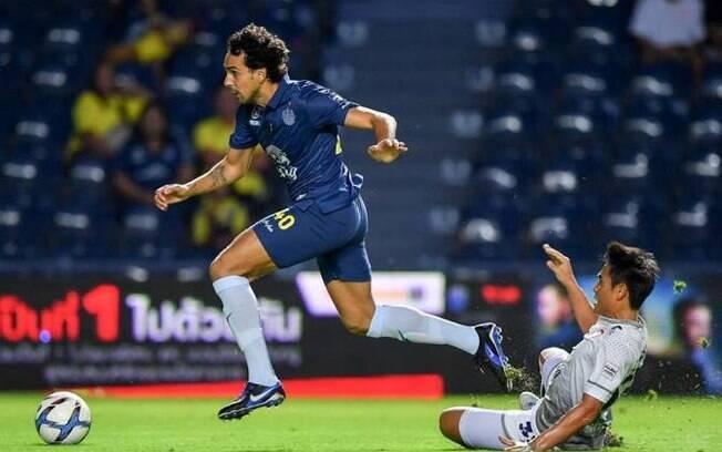 Diogo marca três, supera os 100 gols no Tailandês e sai como o dono da bola