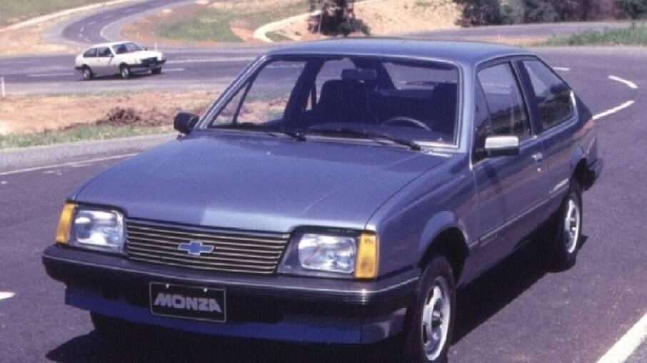 Monza ganhava duas versões em 1982: básica e SL/E com as opções de motor, a 1.6 localizado transversalmente. Era disponibilizado tanto na versão a gasolina quanto a álcool.