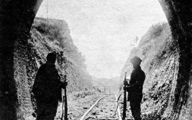 Revolução de 1932 - Em 1932, em imagem histórica, Soldados Constitucionalistas, em guarda, na entrada do túnel, pela passagem mineira