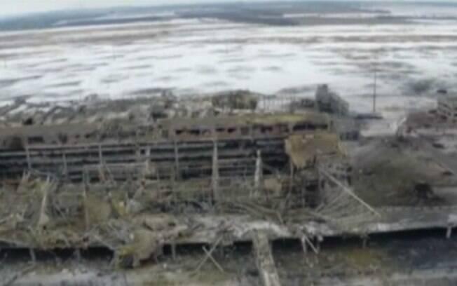 Imagem aérea do aeroporto da cidade no leste do país, envolvida em conflitos desde abril