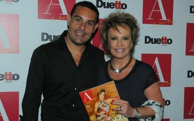 Marcelo Frisoni acompanhou a mulher,  Ana Maria Braga, no lançamento de sua revista em São Paulo