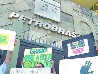 Em queda.  Protesto contra corrupção na Petrobras, que está trazendo prejuízos para a estatal