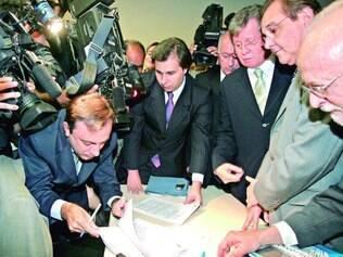 Correios. Em 2005, parlamentares de oposição protocolaram o pedido de abertura da CPI no Congresso
