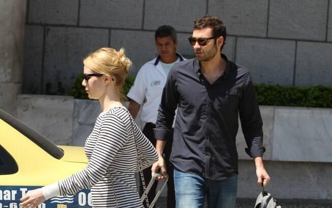 Mariana Ximenes e namorado pegam taxi em aeroporto