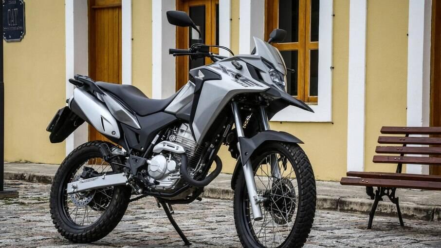 Honda XRE 300: ainda segue em produção e vai bem tanto no asfalto quanto em trechos de terra
