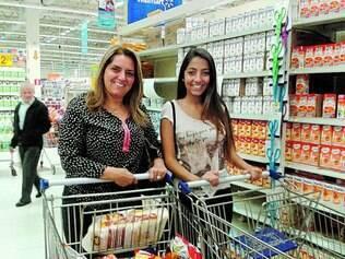 Escolha. A pedagoga Adriana Oliveira e a filha Débora já se habituaram a comprar produtos de marca própria em busca do melhor preço