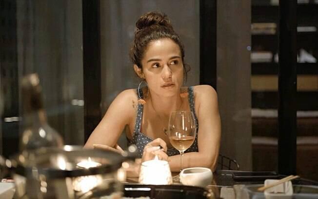 De volta ao Brasil, Érica irá estranhar o comportamento de Sandro e procurará Raul