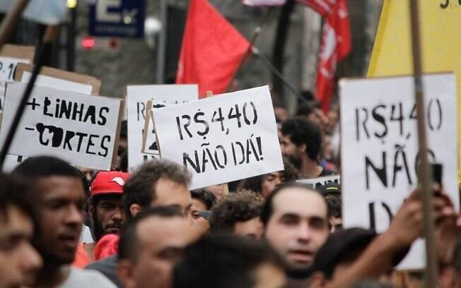 Manifestantes exibem faixas e cartazes
