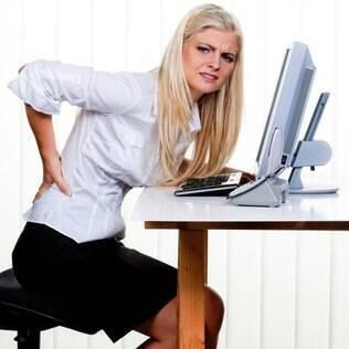 Má postura em atividades cotidianas levam às dores, que podem se agravar com o tempo