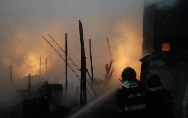 Incêndio atingiu entre 25 e 30 casas, segundo bombeiros