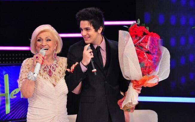 Hebe Camargo recebe flores de Luan Santana