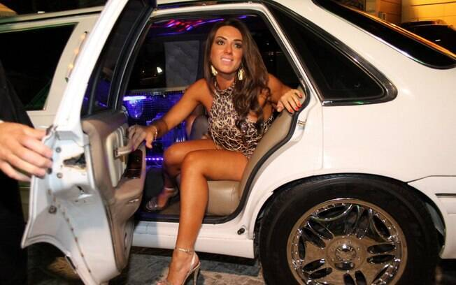 Nicole Bahls chegando de limousine branca para a inauguração de sua loja em São Paulo