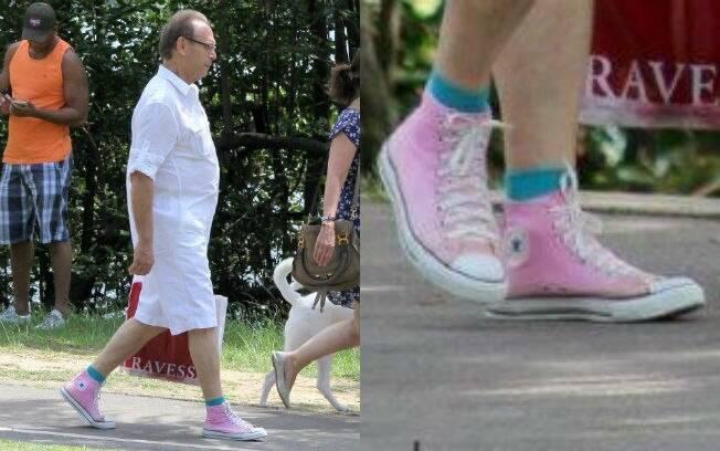 José Wilker caminha de tênis cor-de-rosa