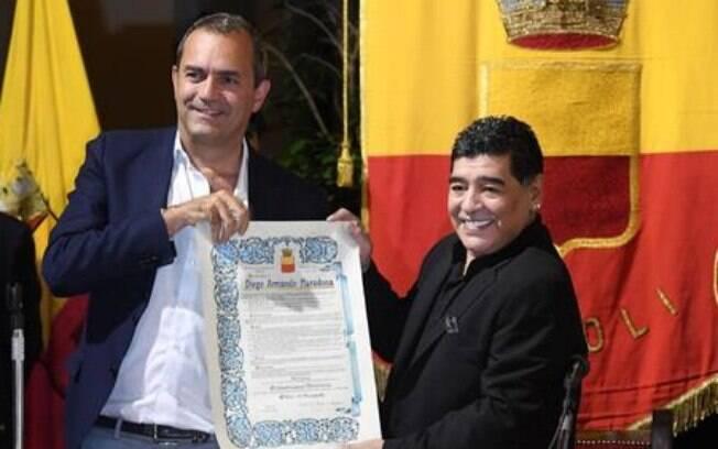 Maradona recebe homenagem do prefeito de Nápoles Luigi de Magistris