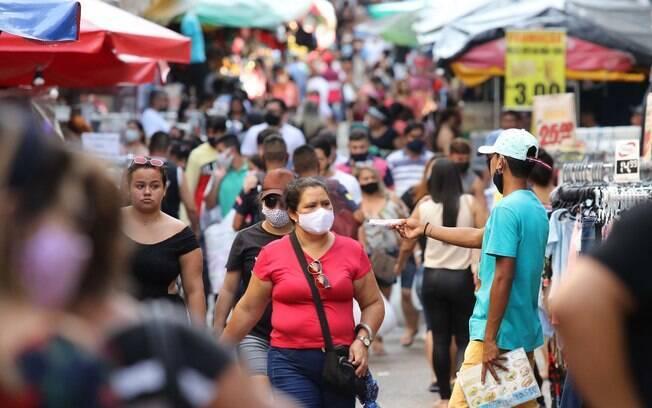 Pessoas de máscara no centro de Manaus