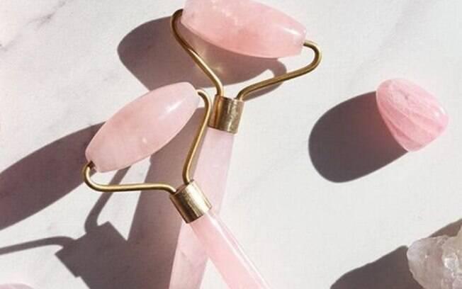 O Face roller feito com o quartzo rosa